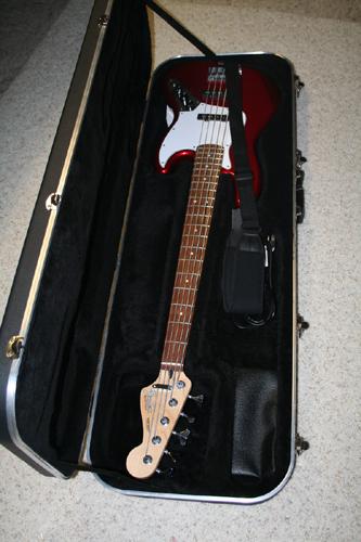 Куфарът с петструнен Фендер